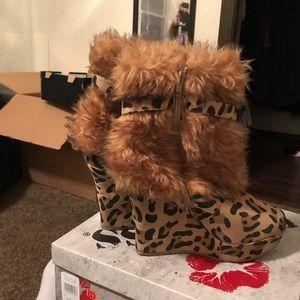 Cheetah print boots with fur